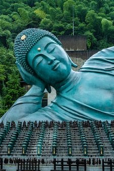 Estatua de buda reclinado en el templo nanzoin en sasaguri, prefectura de fukuoka, japón