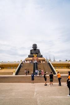 Estatua de buda del sapo de luang pu en el templo de wat huay mongkol en thaillan