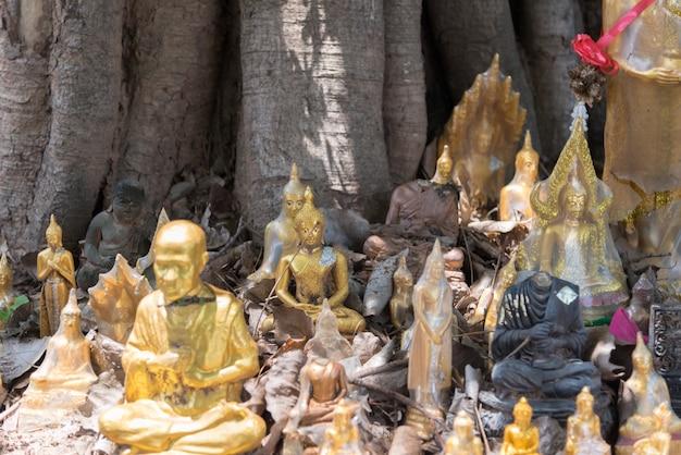 Estatua de buda en el templo budista wat lo sutthawat