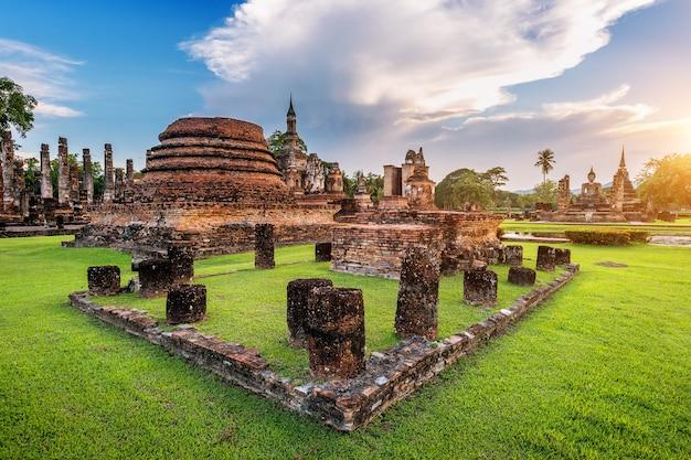 Estatua de buda y el templo wat mahathat en el recinto del parque histórico de sukhothai