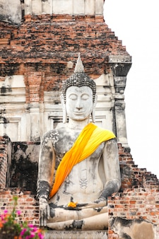 Estatua de buda en el templo de wat yai chaimongkol, ayutthaya, tailandia.