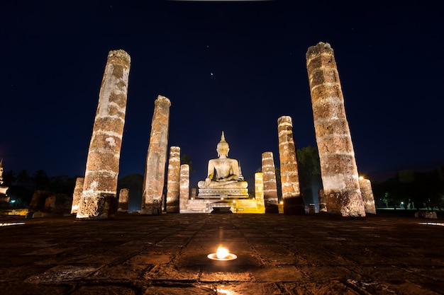 Estatua de buda en wat mahathat, templo de buda, en el parque histórico de sukhothai, tailandia