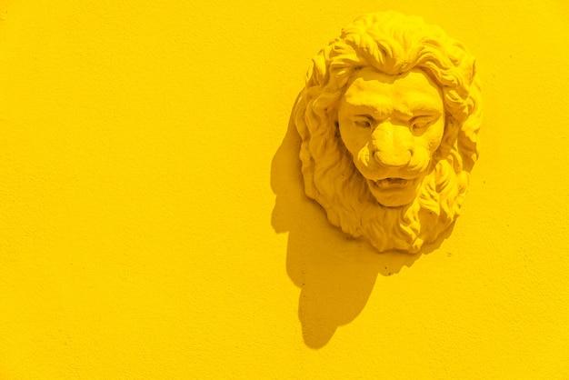 Estatua de la cabeza de un león