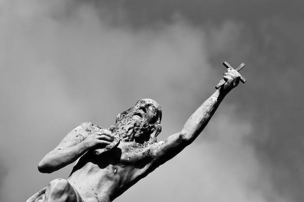 Estatua cielo dramático blanco y negro llorando