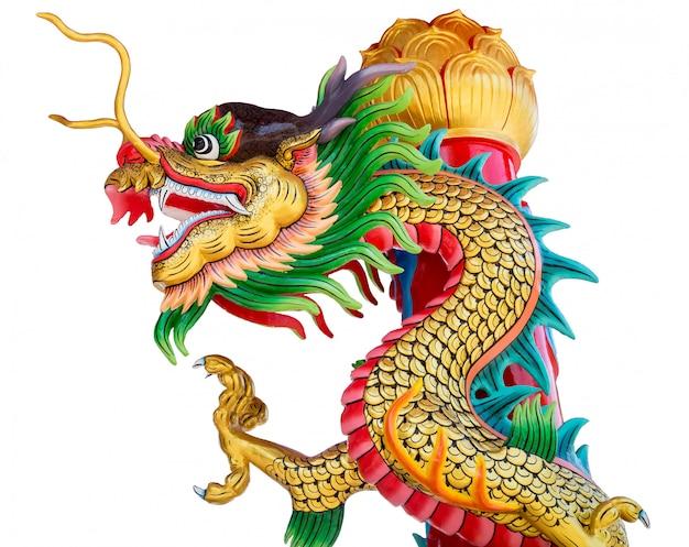 Estatua colorida del dragón aislada en el fondo blanco
