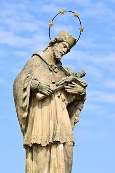 Estatua con una cruz