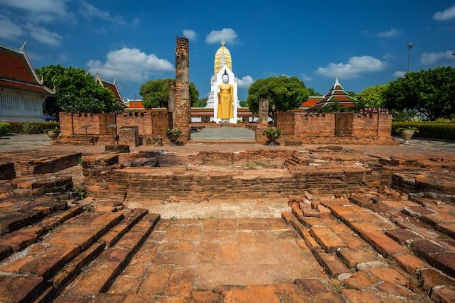 Estatua de buda en wat phra si rattana mahathat en phitsanulok tailandia.