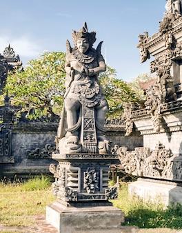 Estatua de dioses balineses