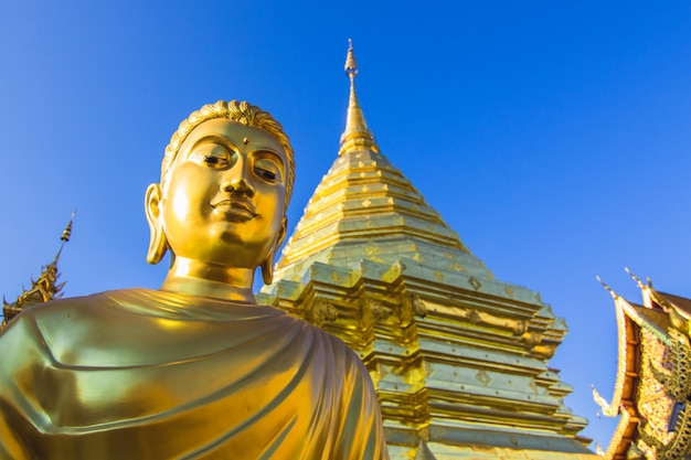 Estatua dorada de buda en el templo en wat phra that doi suthep, chiangmai, tailandia