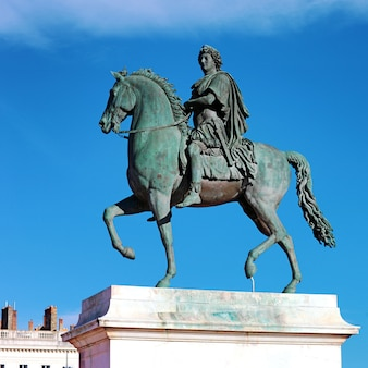Estatua ecuestre de luis xiv, place bellecour en lyon, francia.