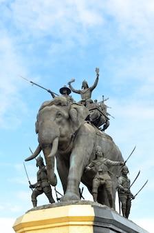 La estatua del elefante en el cielo azul, monumento del rey naresuan en suphanburi en tailandia