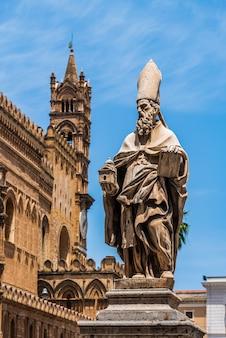 Estatua frente a la catedral de palermo, sicilia