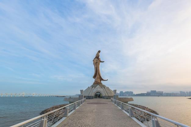 Estatua de kun im, estatua de gloden de guan yin, la diosa de la misericordia en el taoísmo, macao, china.