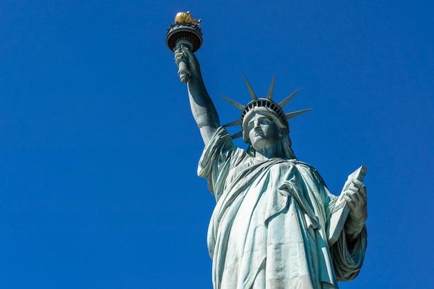 La estatua de la libertad bajo el cielo azul