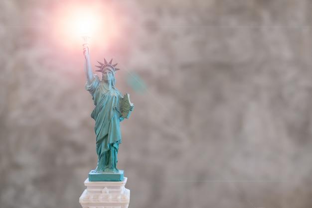 Estatua de la libertad con el efecto de destello de len sobre la antorcha en la mano derecha