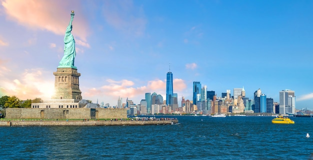 La estatua de la libertad con el fondo del horizonte de la ciudad de manhattan, monumentos de la ciudad de nueva york, ee.