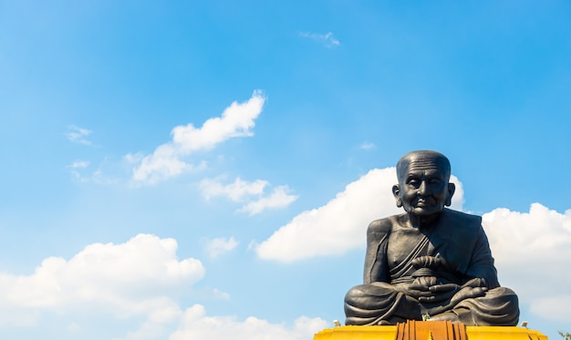 Estatua de luang pu thuat en el templo de wat huay mongkol en tailandia