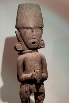 Estatua de madera precolombina en el museo de arte precolombino, cuzco, perú