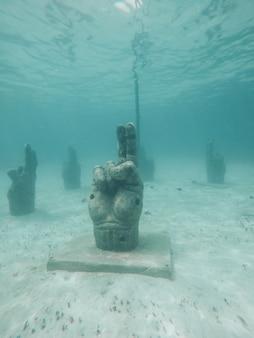 Una estatua de mano de méxico bajo el agua