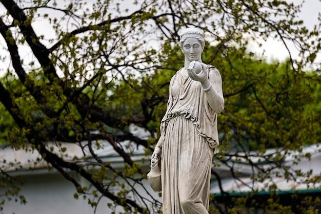 Estatua de mármol de la diosa griega hera o la diosa romana juno, sosteniendo una manzana de la discordia en el parque del palacio