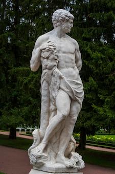 Estatua de mármol de hércules en el parque tsarskoe selo en san petersburgo, rusia