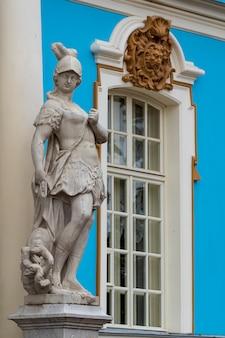 Estatua de mármol en el museo tsarsoe selo en san petersburgo, rusia