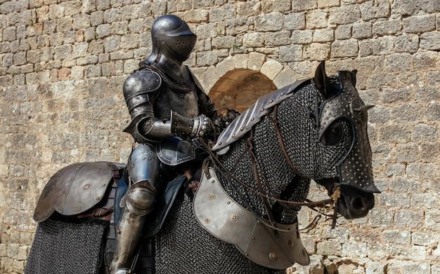 Estatua de metal de un soldado sentado en el caballo