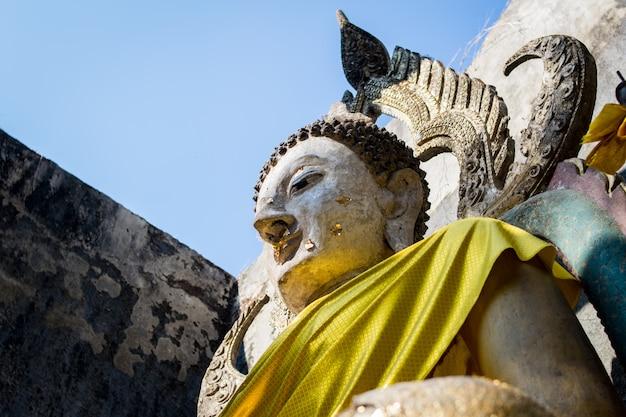 Estatua de monje en kanchanaburi, tailandia