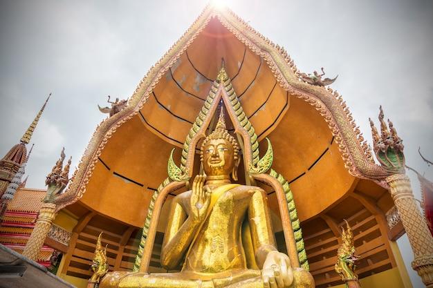 Estatua de oro grande de buda en wat tham sua (templo de la cueva del tigre) kanchanaburi, tailandia.