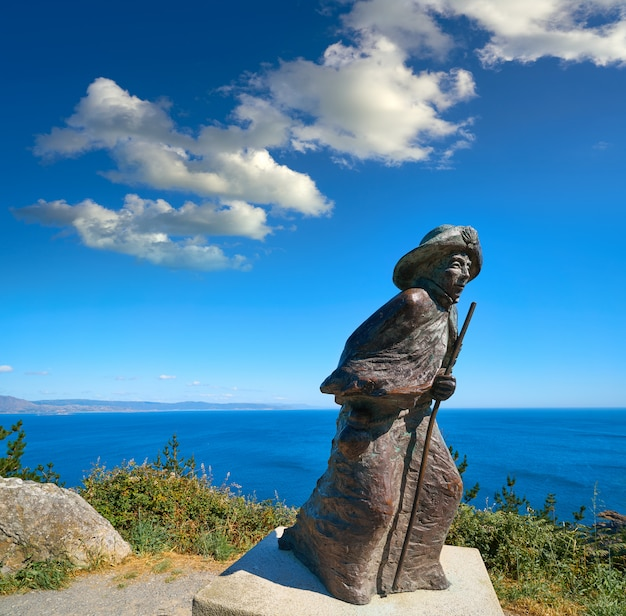 Estatua del peregrino finisterre final del camino de santiago