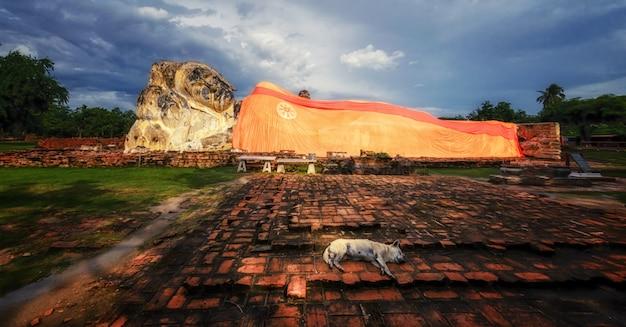 Estatua de piedra grande de buda de mentira en ayutthaya cerca de bangkok, tailandia.