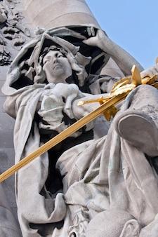 Estatua en el puente alexander paris