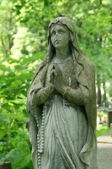 Estatua rezando