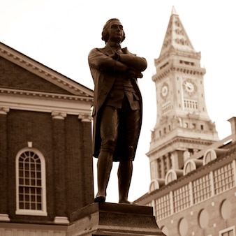 Estatua de samuel adams en boston, massachusetts, ee.uu.