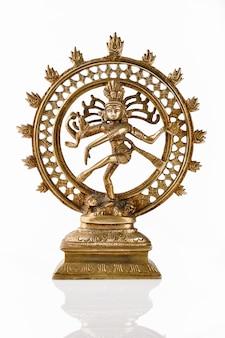 Estatua de shiva nataraja, señor de la danza aislada