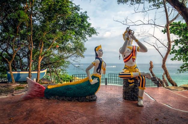 Estatua de sirena y niños en la playa de sai kaew en la isla de samed