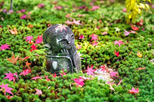 La estatua en el templo de enkoji en otoño, kyoto, japón.