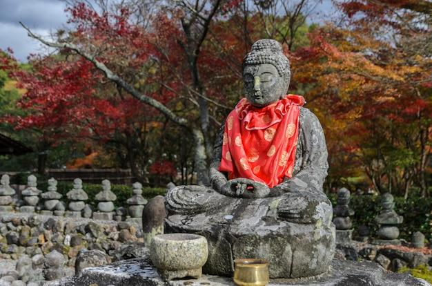 Estatuas de buda en el templo adashino nenbutsuji en arashiyama, kyoto, japón