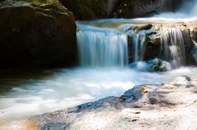 Estatuas y cascada en un jardín de rocas en koh samui