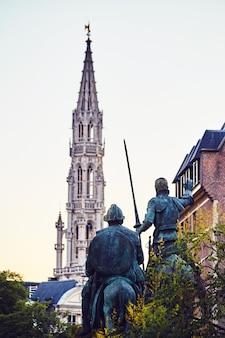 Estatuas de don quijote y sancho panza.