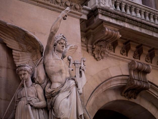 Estatuas en un edificio en parís francia