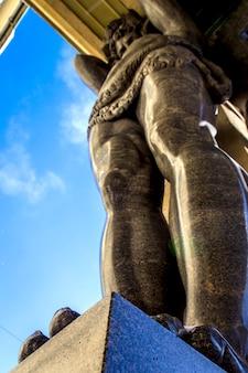 Estatuas de mármol del techo de bodega atlant de new hermitage, san petersburgo, rusia
