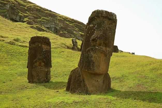 Las estatuas de moai gigantes en el volcán rano raraku, isla de pascua, chile