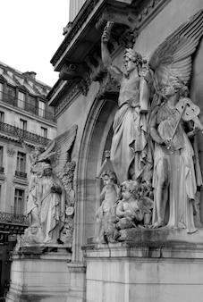 Estatuas que adornan el palacio garnier en parís francia