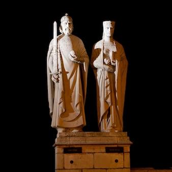 Estatuas del rey esteban i y la reina gisela