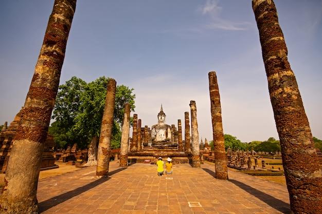 Estatuas de sukhothai wat mahathat buddha en la capital antigua de wat mahathat de sukhothai, tailandia.