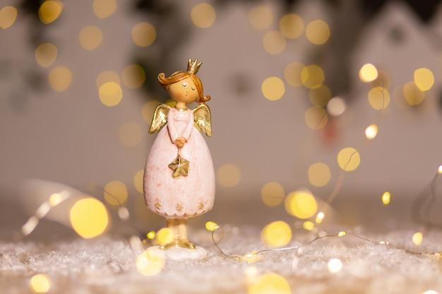 Estatuilla de un ángel navideño decoración festiva