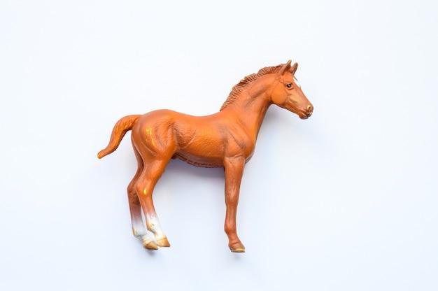 Estatuilla de un caballo sobre fondo blanco.