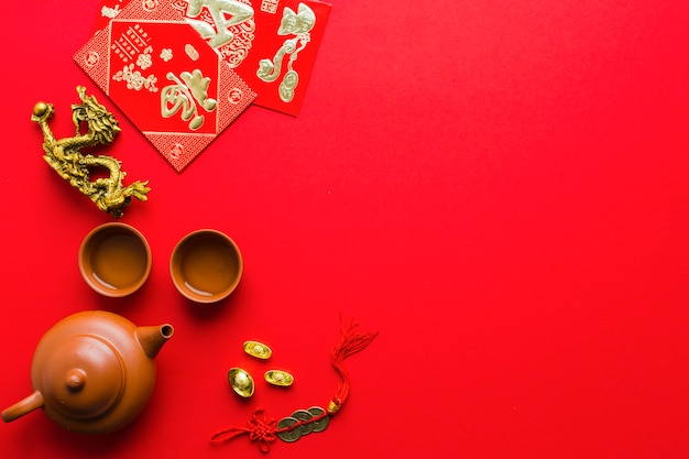 Estatuilla de dragón cerca de suministros de la ceremonia del té