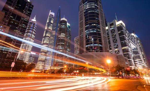 Estelas de luz a través de edificios modernos